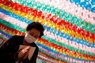Una mujer reza en una celebración budista en Seúl.