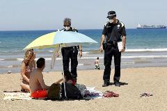 Agentes municipales de Muskiz (Vizcaya) informan de la prohibición de tomar el sol de forma estática en la playa, y que sólo se permite el baño y los deportes individuales, anteayer.