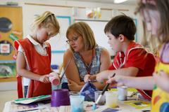 Una profesora ayuda a dos alumnos en una escuela primaria de Watlington (Oxfordshire).