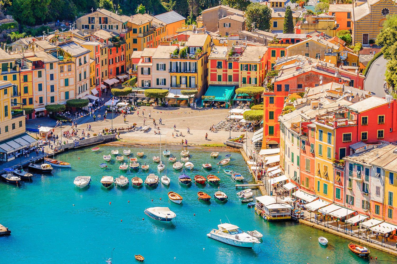 """Pocas localidades hay tan fotogénicas como Portofino, antiguo pueblo de pescadores de la provincia de Génova reconvertido en <a href=""""https://www.elmundo.es/viajes/europa/2017/07/24/59256d8146163f274a8b459f.html"""" target=""""_blank"""">refugio de la jet set</a> desde que <strong>Elizabeth Taylor</strong> rodara aquí <em>Cleopatra</em> en 1963. Ahora, cada verano otras <em>celebrities</em> como<strong> Beyoncé o Carla Bruni </strong>lucen su moreno en los yates atracados en la bahía. Para hospedarse eligen las <strong>mansiones de lujo </strong>ocultas entre colinas. Es el primero de los 10 rincones de Italia a los que estamos deseando volver, ahora que <a href=""""https://www.elmundo.es/viajes/europa/2020/05/19/5ec270a921efa0d5688b457c.html"""" target=""""_blank"""">el país ha abierto sus fronteras al turismo</a>, siendo uno de los primeros de la Unión Europea en hacerlo."""