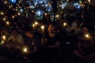 Varias personas sujetan velas durante la vigilia realizada el 4 de julio de 2019 en el Parque de la Victoria de Hong Kong.