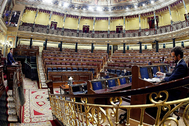 El presidente del Gobierno, Pedro Sánchez, en la tribuna, y el presidente del PP, Pablo Casado, en el Congreso.