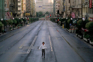 La Gran Vía de Madrid, desierta en un fotograma de 'Abre los ojos'.