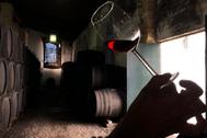 : Una cata de vinos olorosos en las bodegas Tradición de Jerez de la Frontera.