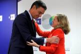El presidente del Gobierno, Pedro Sánchez, y la vicepresidenta económica, Nadia Calviño en un acto el pasado año en la agencia EFE