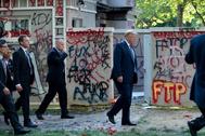 Donald Trump camina entre grafitis tras su discurso en la Casa Blanca.