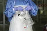 Un sanitario protegido con guantes, en Bilbao.