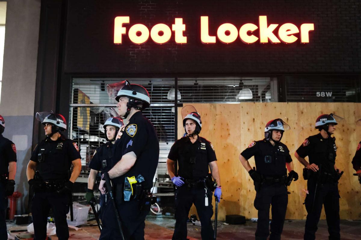 La policía protege los comercios de Nueva York de los saqueos.