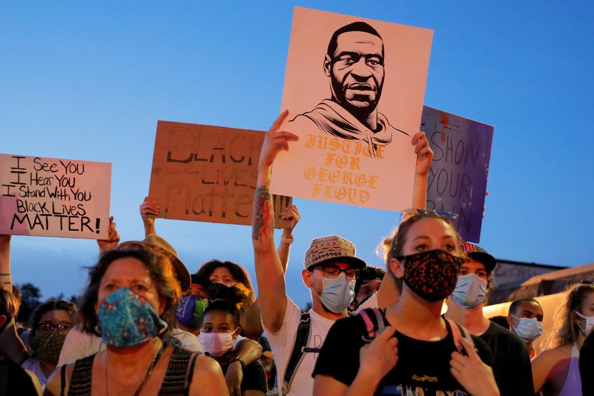 Los manifestantes muestran pancartas con reivindicaciones raciales en Mineápolis.