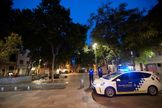 GRAF9253. BARCELONA.- Una patrulla de la Guardia Urbana en servicio por las plazas del Barrio de Gracia para impedir el lt;HIT gt;botellón lt;/HIT gt;, este jueves en Barcelona, sexagésimo octavo día del estado de alarma decretado por el Gobierno por la pandemia de coronavirus.