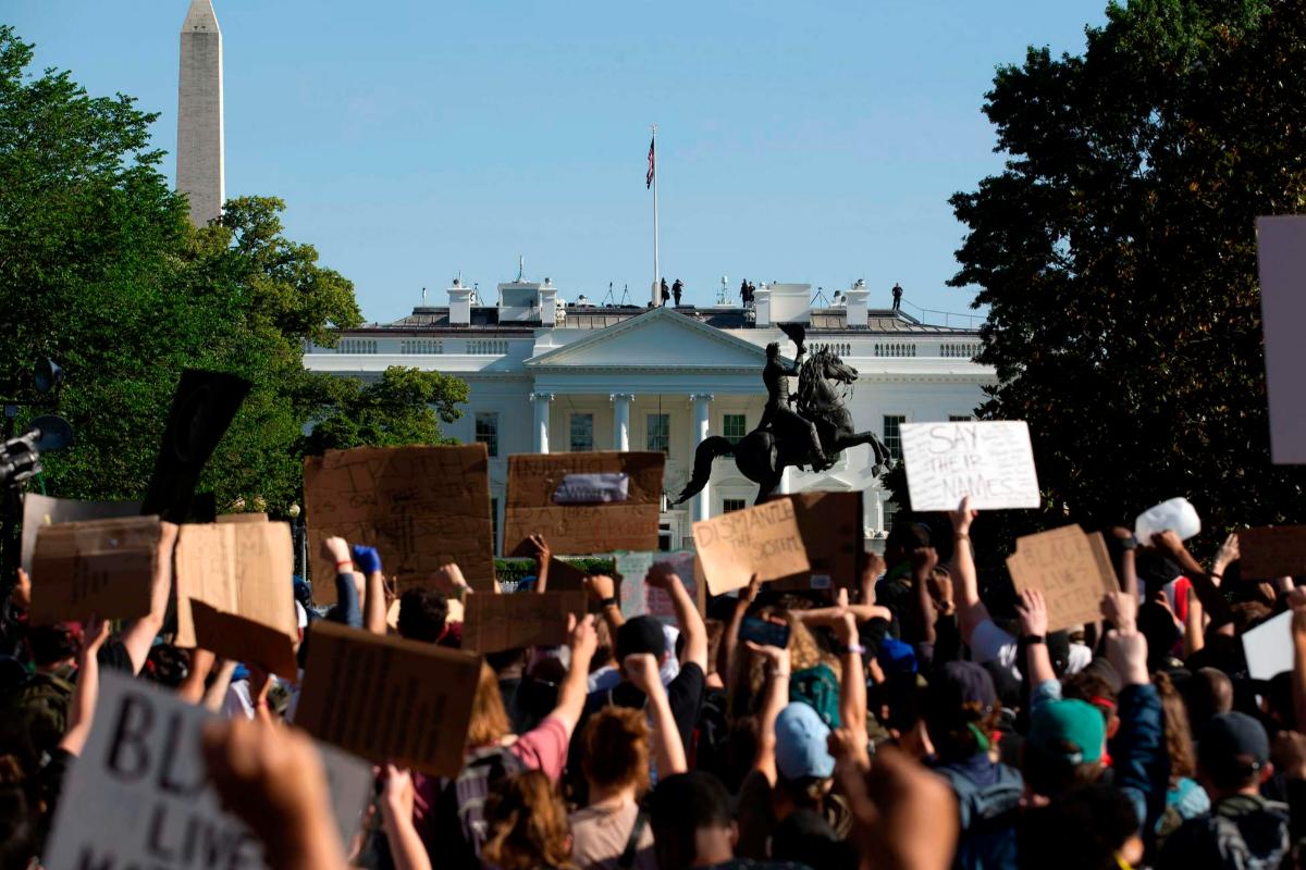 Multitudinaria protesta por la muerte de George Floyd frente a la Casa Blanca.