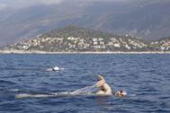 El aventurero Ignacio Dean, nadando en aguas turcas durante la travesía Meis-Kas