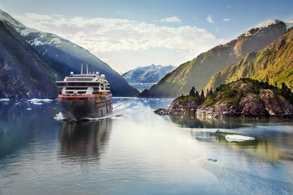 Se ha convertido en una compañía de exploración, pero Hurtigruten nació en 1893 como servicio marítimo para acceder a las poblaciones remotas del norte de Noruega en los meses más crudos del invierno. El 16 de junio, este mítico barco-correo retoma su recorrido clásico desde Bergen hasta Kirkenes, y viceversa. El paisaje es alucinante y esa fusión entre barco turístico y un buque de carga le otorgan un encanto máximo.