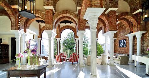 Hall en estilo andalusí del hotel La Bobadilla, en la provincia de Granada.