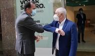 Carlos Iturgaiz saluda a José Manuel Gil de Ciudadanos en la inauguración de la sede electoral del PP en Vitoria.