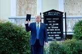Donald Trump sostiene una biblia frente a la iglesia de St John's.