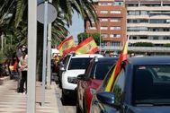 Vehículos con la bandera de España durante una manifestación en Melilla.