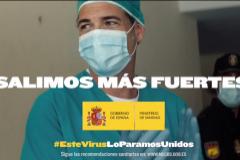 Escena del anuncio de la campaña gubernamental 'Salimos más fuertes'.