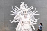 Una mujer, ante una escultura en la Galería Nacional de Camberra.