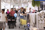 Varias familias realizan sus compras en las instalaciones de Ikea en Alfafar (Valencia) tras su inauguración en 2014.