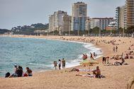 GRAF3995. PLATJA D' lt;HIT gt;ARO lt;/HIT gt; (GIRONA).- Bañistas disfrutan de un día soleado en la Platja d' lt;HIT gt;Aro lt;/HIT gt; durante el primer día de la fase 2 de la desescalada en la que ya están permitidos los baños en las playas.