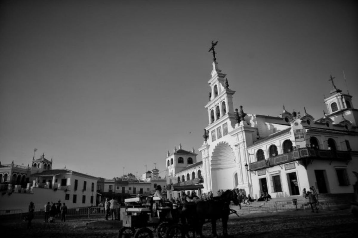 Fotografía en blanco y negro del Rocío compartida por el presidente andaluz en sus redes.
