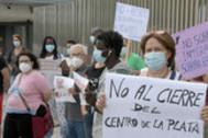 Miembros de varias ONG protestan este lunes ante la sede de la Junta en Cádiz.