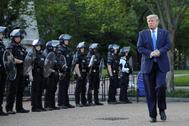 Donald Trump pasea entre antidisturbios después de arcercarse a la iglesia de St. John's el lunes, en Washington.
