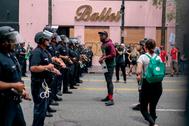 Manifestantes se enfrentan a la policía de California durante una de las protestas por la muerte de George Floyd.
