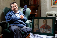 Javier Iglesias en su casa de Zamora en 2014, con un retrato infantil de su hijo disfrazado de monaguillo. M. DENEIVA