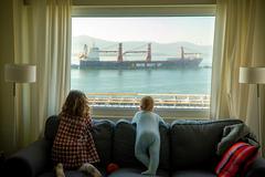 Dos niñas miran desde su ventana la bahía de Santander.