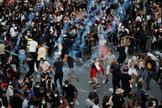 Gases lacrimógenos y barricadas  en la protesta de miles de personas contra la violencia policial