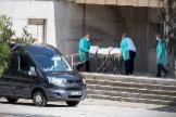 Trabajadores de la funeraria retiran un cadáver de la residencia González Bueno de Madrid.