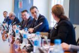 El presidente del Gobierno, Pedro Sánchez, y el de Enagás, Antonio Llardén, durante una reunión con empresas en Moncloa.