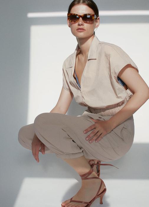 Cuerpo corto confeccionado con tejido técnico, cuello solapa y bajo en elástico. Cuesta 22,95 euros y es de Zara.