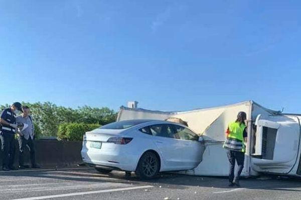 Un Tesla Model 3 se estrella contra un camión: ni el coche ni el conductor reaccionaron