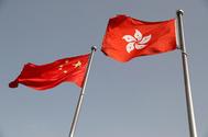 Las banderas de China y Hong Kong.