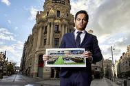Víctor Valladares con la foto de los féretros en el Palacio del Hielo.