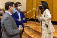 Juan Marín y Juan Manuel Moreno conversan con la presidenta del Parlamento, Marta Bosquet, en la sesión de este miércoles.