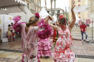 Unas jóvenes bailan sevillanas en la feria de Málaga del año pasado.