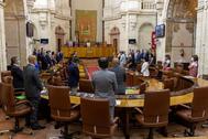 Los diputados guardan un minuto de silencio por las víctimas del coronavirus, al inicio de la sesión plenaria.