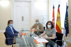 El viceconsejero de salud pública, Antonio Zapatero, en una reunión con Ayuso.