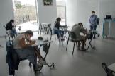 Alumnos con mascarillas reciben clase durante la desescalada, en un colegio del País Vasco.