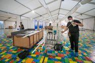 Desmontaje del hospital de campaña instalado en el auditorio de Zaragoza para hacer frente al coronavirus.