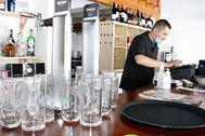 Un trabajador, durante su jornada laboral en un establecimiento hostelero de Castellón.