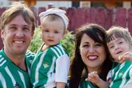 El cámara de La Sexta Juanma Linares, con su familia.