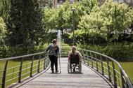 Dos mujeres con discapacidad en un parque de Madrid