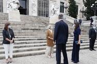 La Reina eligió un total look en azul marino con un pantalón palazzo con apertura en la pernera que completó con una cartera de mano a juego en azul marino de <strong>Carolina Herrera</strong>. Tampoco prescindió de su anillo dorado de<strong> Karen Hallam</strong>.