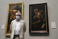 """El director del Museo del Prado, Miguel Falomir, ante las obras """"Saturno devorando a su hijo"""" de Rubens (i) y de Francisco de Goya (d),"""
