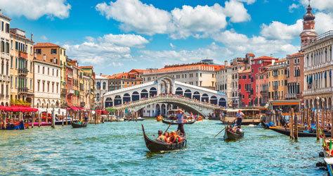 Los canales de Venecia con el Puente Rialto al fondo.